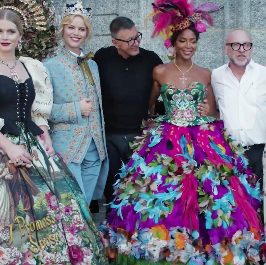 La Importancia de Construir una Marca Dolce&Gabbana - En este post celebramos la lujosa y reciente puesta en escena en el Lago di Como de la colección de Alta Costura de los grandes diseñadores Domenico Dolce y Stefano Gabbana. Fue una explosión de colores, magia, arte, diseño, elegancia, tradición e innovación, encantadores desfiles y un exclusivo evento de Moda, el gran espectáculo de este verano.
