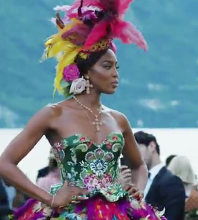 En este post celebramos la lujosa y reciente puesta en escena en el Lago di Como de la colección de Alta Costura de los grandes diseñadores Domenico Dolce y Stefano Gabbana. Fue una explosión de colores, magia, arte, diseño, elegancia, tradición e innovación, encantadores desfiles y un exclusivo evento de Moda, el gran espectáculo de este verano.