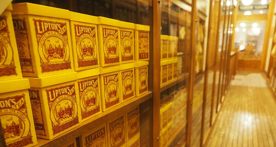 La Marca Personal de Thomas Lipton - Otra idea brillante de Thomas Lipton fue el standarizar la mezcla y empaquetarla de manera que siempre estuviera fresca y a la vez siempre con el mismo sabor que cuando se había comprado.