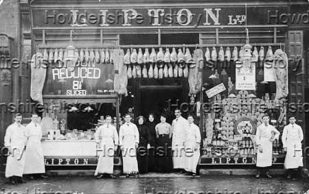 A principio de Diciembre de 1881, un barco que venía de América atracó en Glasgow con una extraordinaria carga. El queso más grande del mundo. El queso, que tenía una circunferencia de 4 metros, fue visto por cientos de espectadores mientras era transportado a una de las dos tiendas de Thomas Lipton pero la puerta de esta tienda era muy pequeña y no pudieron entrarlo. Sin desanimarse, el desfile continuó hasta la otra tienda que afortunadamente contaba con una puerta más ancha. Durante quince días multitudes de personas no salían de su asombro al ver semejante queso en el escaparate. Como herramienta publicitaria de la Marca Personal de Thomas Lipton y de su tienda fue un éxito. Sin embargo el gran visionario del marketing tenía otra sorpresa en la manga digna de David Copperfield o Harry Houdini. Convirtió el queso gigante en una maravilla dorada al ocultar una gran cantidad de soberanos de oro en su interior.
