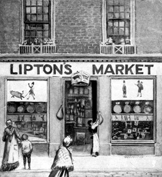 """El gran cambio en el Método de Operar de Thomas Lipton fue que Contrató a una persona del condado que conocía a los productores locales y les propuso que Thomas Lipton les garantizaba la compra a buen precio en vez de su envio al mercado. Esto fue revolucionario, fue una forma totalmente nueva de hacer negocios. Es realmente cómo funcionan los supermercados modernos, buscan a los granjeros y eliminan al intermediario. Sus tiendas estaban surgiendo a lo largo y ancho de Escocia, y siempre con una publicidad desconocida y muy innovadora para esas fechas. Enigmáticos carteles y volantes anunciarían que """"Lipton está llegando"""". Una escultura de mantequilla en el escaparate, un desfile de cerdos vivos que causaban el caos en el centro de la ciudad, eran solo algunas de las acciones de marketing de este gran visionario que hacían de la apertura de cada nueva tienda un gran evento."""